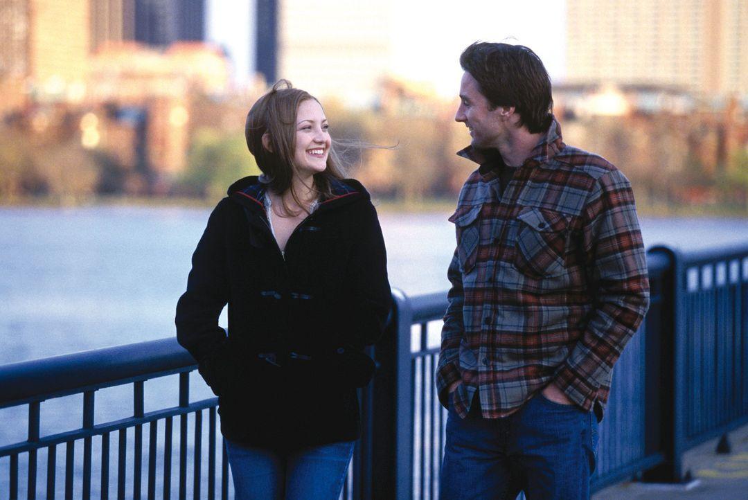 Schriftsteller Alex (Luke Wilson, r.) hat eine Schreibblockade. Stenotypistin Emma (Kate Hudson, l.) soll helfen ... - Bildquelle: Warner Brothers Entertainment Inc.