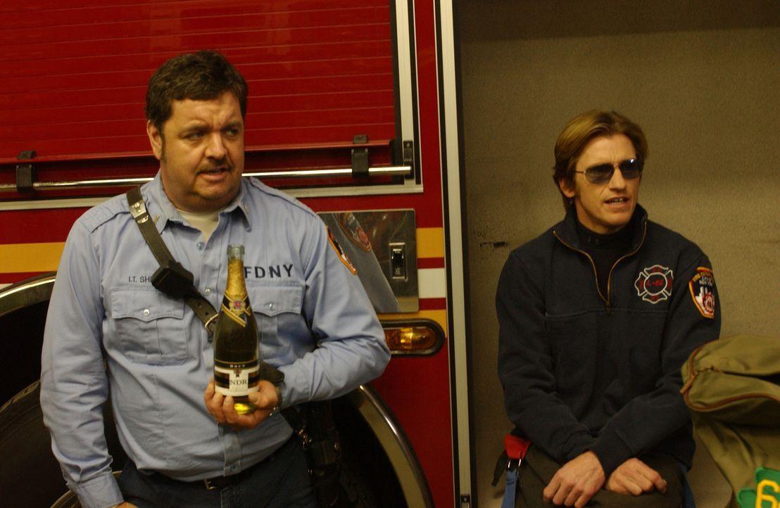 Kenny (John Scurti, l.) und Tommy (Denis Leary, r.) sind überglücklich, dass Jerry wieder arbeiten darf. Doch die Freunde währt nicht lange ... - Bildquelle: 2007 Sony Pictures Television Inc. All Rights Reserved