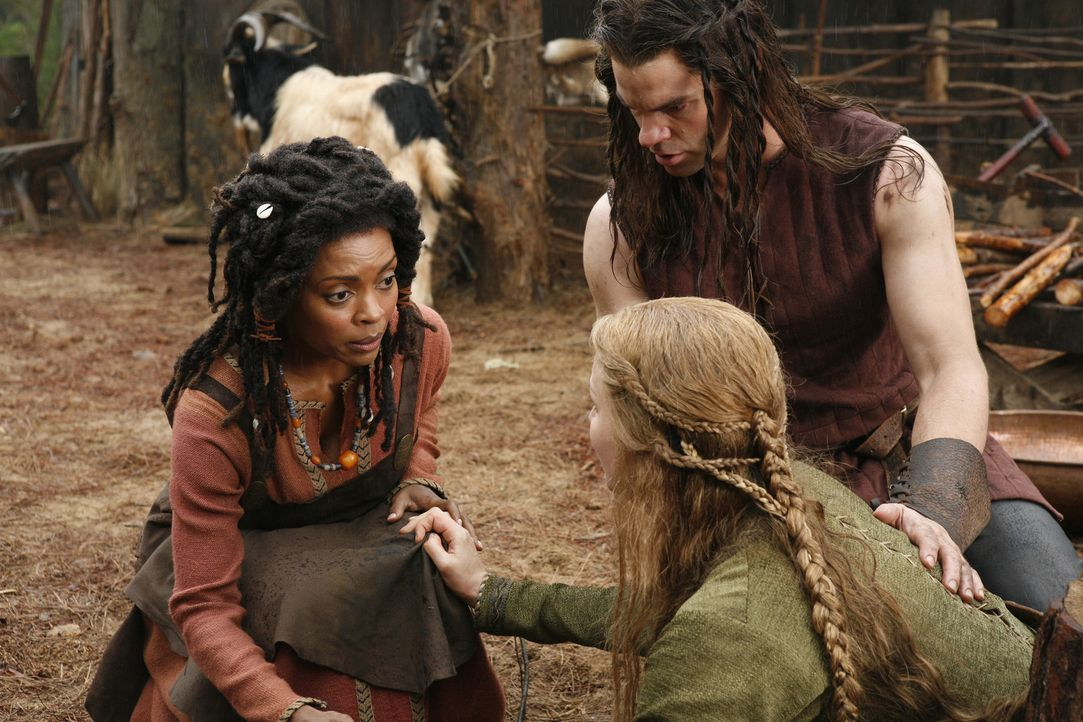 Nachdem ein Werwolf Esthers (Alice Evans, vorne r.) Sohn getötet hat, bittet sie die Hexe Ayanna (Maria Howell, l.), ihre Familie in Vampire zu ver... - Bildquelle: Warner Bros. Television