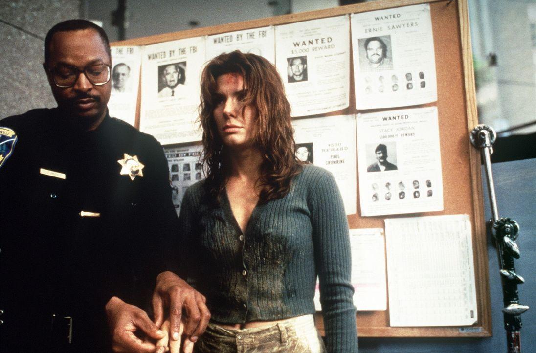 Die manipulierten Daten machen aus Angela (Sandra Bullock, r.) die Prostituierte Ruth Marx, die wegen einiger Straftaten von der Polizei gesucht wir... - Bildquelle: Columbia Pictures Corporation
