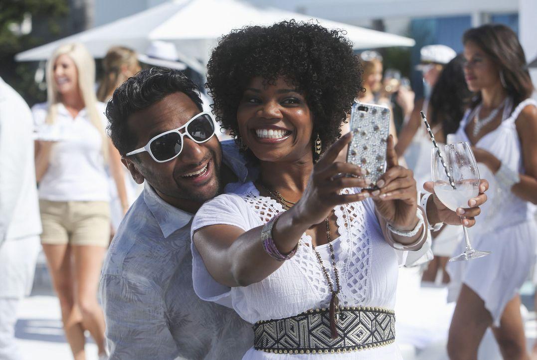 Während sich Ravi (Ravi Patel, l.) und Annelise (Kelly Jenrette, r.) auf der Party amüsieren, zu der eigentlich ihr Boss Jimmy gehen wollte, muss di... - Bildquelle: Jordin Althaus 2015 American Broadcasting Companies, Inc. All rights reserved.