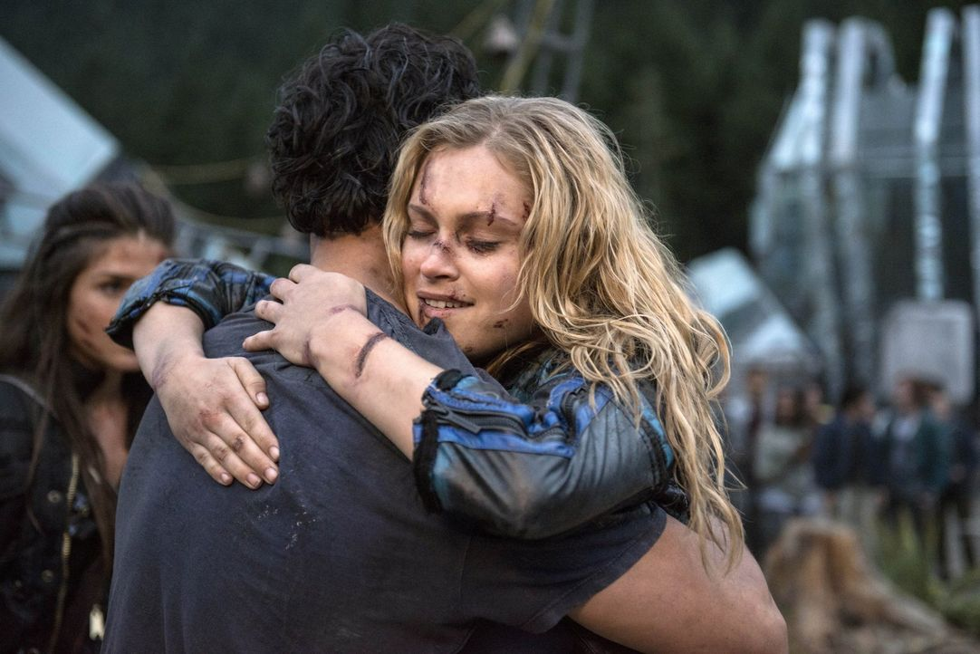 """Während Bellamy (Bob Morley, l.) und Clarke (Eliza Taylor, r.) ihre Wiedersehen feiern, lässt sich Jasper in """"Mount Weather"""" auf ein Experiment ein,... - Bildquelle: 2014 Warner Brothers"""