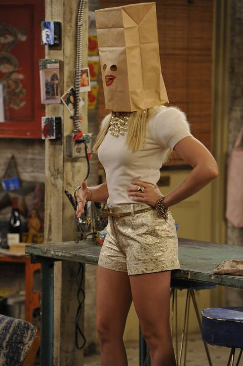 Was ist nur mit Caroline (Beth Behrs) los? - Bildquelle: Warner Brothers