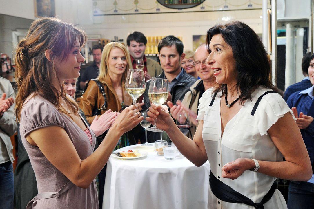Bei ihrer jährlichen Weinverkostung möchte Colette (Adele Neuhauser, r.) ihren Gästen diesmal etwas Wichtiges mitteilen: Karen (Suzan Anbeh, l.) sol... - Bildquelle: Aki Pfeiffer Sat.1