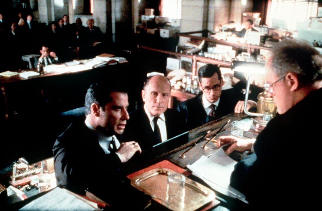Die Verhandlungen laufen vielversprechend für den engagierten Rechtsanwalt Jan Schlichtmann (John Travolta, l.) und seinen Partner Bill Crowley (Zel... - Bildquelle: Paramount Pictures