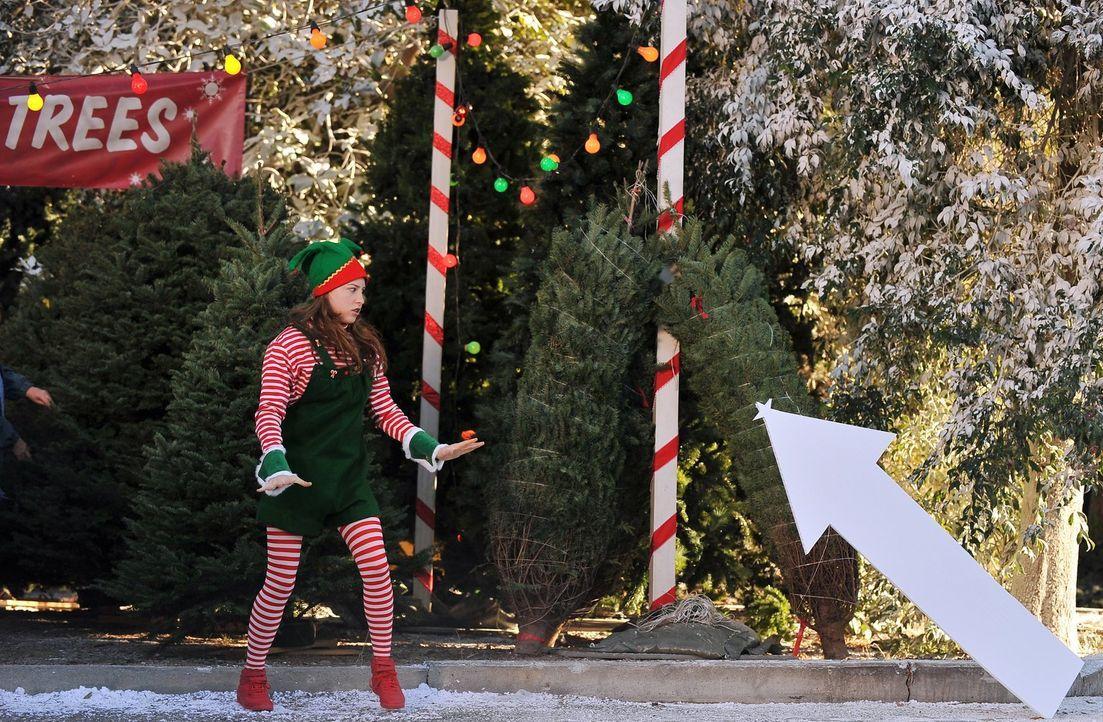 Sue (Eden Sher) will mit den Nachbarsjungen Frieden schließen und stimmt im Elfenkostüm ein Weihnachtsleid an. Ob sich die frechen Glossner-Jungen s... - Bildquelle: Warner Brothers