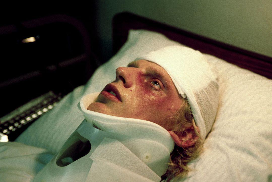 Stunden nach dem Unfall erwacht Volker (Martin Gruber) in einem Krankenhaus. Sofort erkundigt er sich nach seiner Freundin, doch niemand will sie ge... - Bildquelle: Erika Hauri ProSieben
