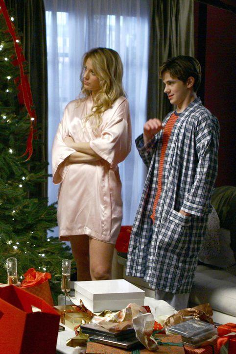 Serena (Blake Lively, l.) und Eric (Connor Paolo, r.) müssen mit einer ungewöhnlichen Überraschung an Weihnachten fertig werden ... - Bildquelle: Warner Brothers