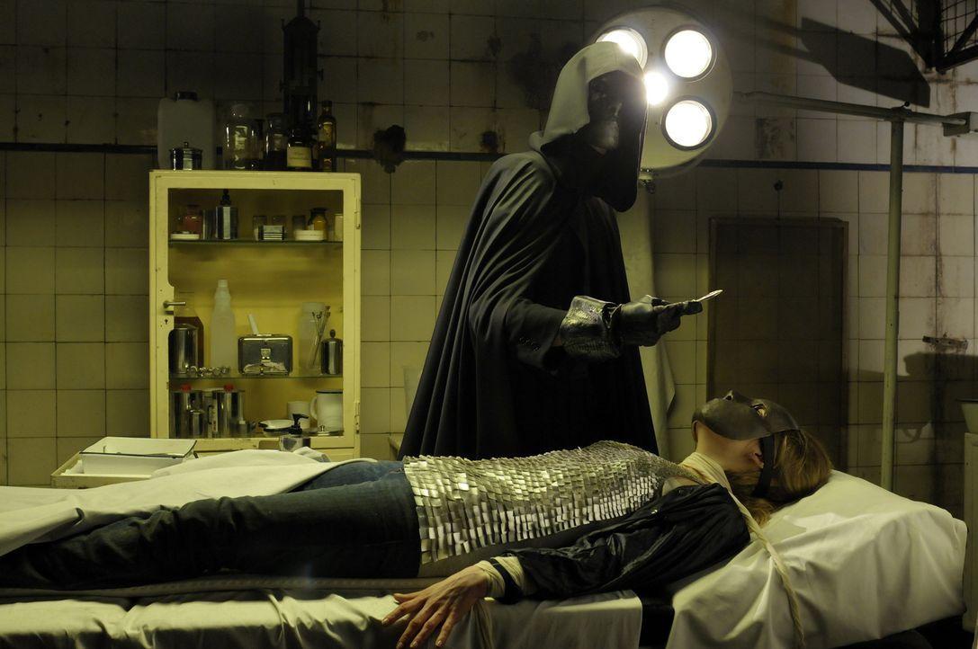 Schon wieder hat der Fratzenschneider (Andreas Potulski, l.) ein neues Opfer (Eva-Maria May, r.) auf dem OP-Tisch liegen ... - Bildquelle: Katrin Knoke ProSieben