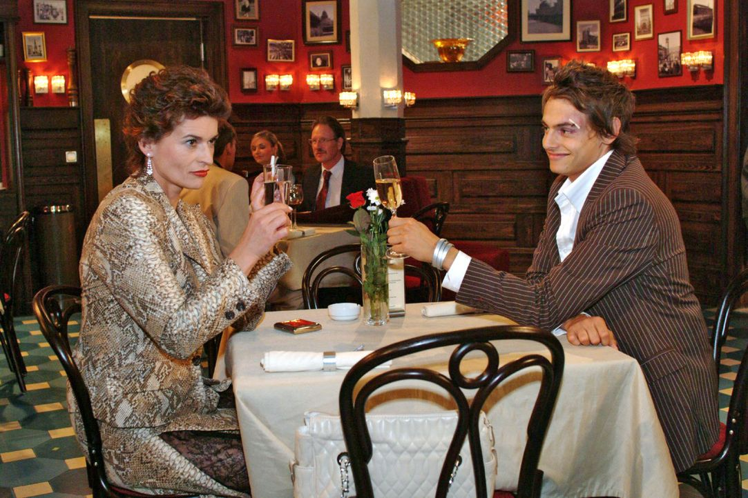 Sophie (Gabrielle Scharnitzky, l.) ist angetan von Alex (Shai Hoffmann, r.). - Bildquelle: Monika Schürle Sat.1