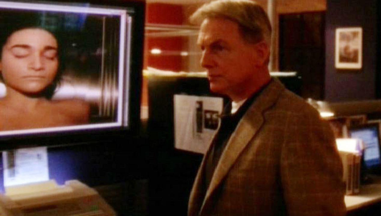 Gibbs (Mark Harmon) glaubt nicht daran, dass sich Lara Hill selbst getötet haben soll ... - Bildquelle: CBS Television
