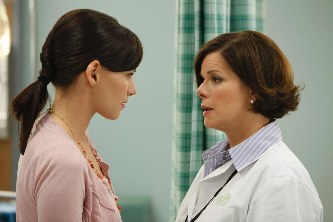 Dr. Elizabeth Blair (Marcia Gay Harden, r.) ist mit der Arbeitsweise von Jill Casey (Jill Flint, l.) alles andere als zufrieden und das sagt sie ihr... - Bildquelle: Universal Studios