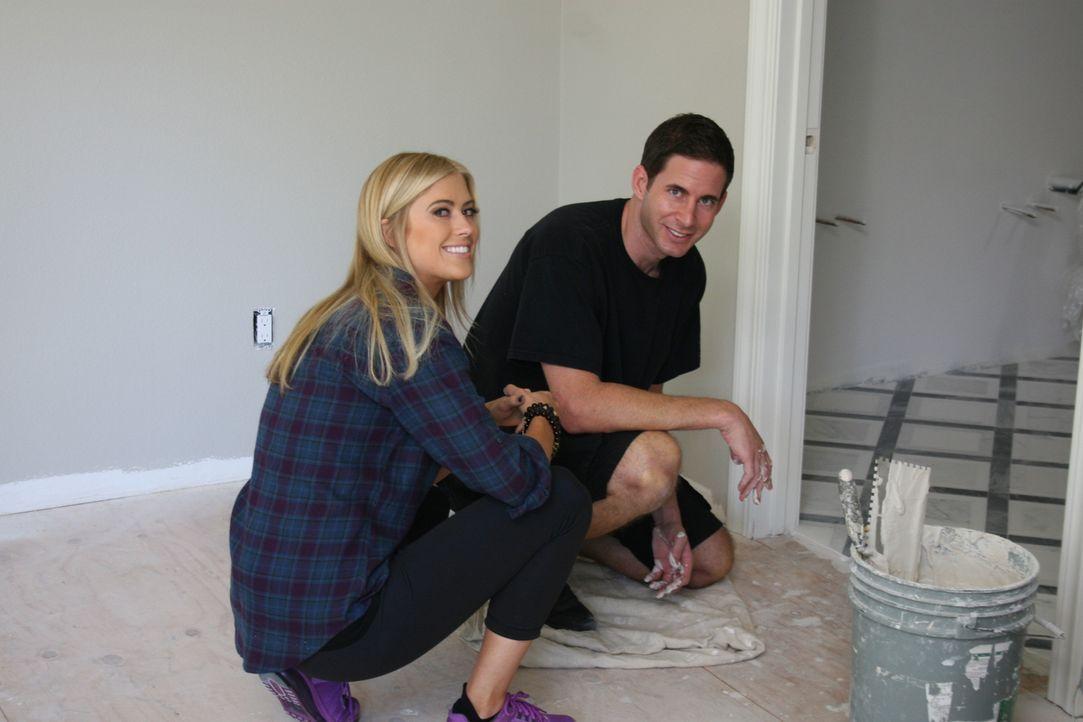 Christina (l.) und Tarek (r.) legen sich mächtig ins Zeug, damit sie das Haus nach der Renovierung auch wirklich gewinnbringend verkaufen können ... - Bildquelle: 2015,HGTV/Scripps Networks, LLC. All Rights Reserved