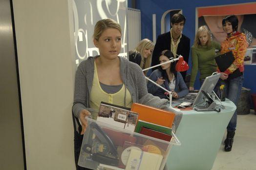 Anna (Jeanette Biedermann, l.) holt ihre Sachen aus der Agentur. - Bildquelle...