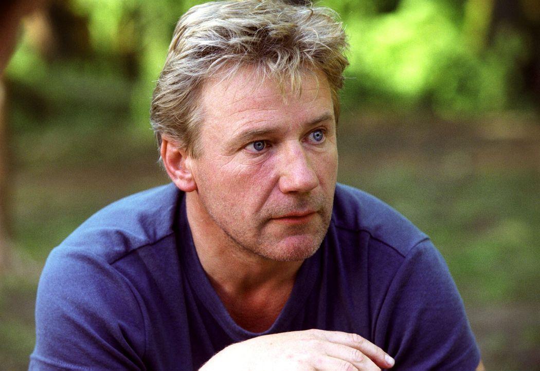 Tom (Jörg Schüttauf) steckt in der Klemme: Er hat sich in Michaela verliebt und traut sich nicht ihr zu sagen, dass er ihr Konkurrent um den lukra... - Bildquelle: Oliver Ziebe Sat.1