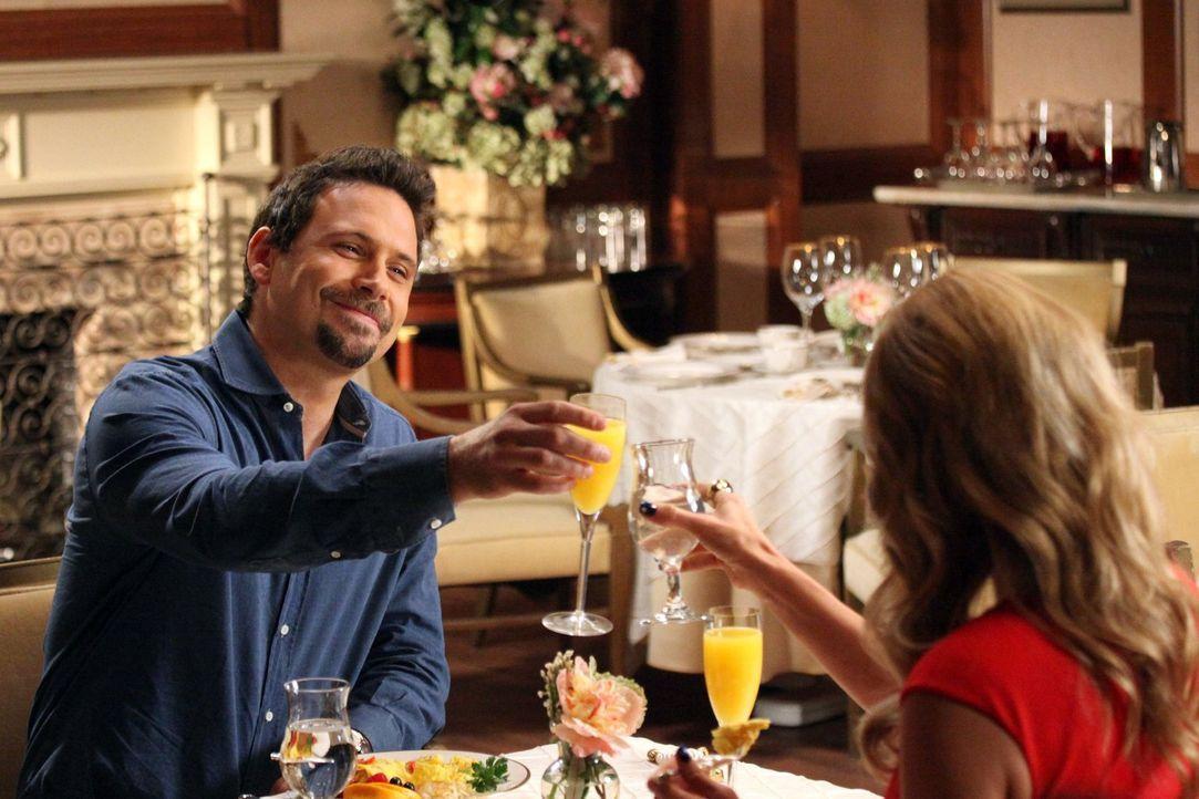 Während Tessa Produzentin des Schulsenders wird, haben Dallas (Cheryl Hines, r.) und George (Jeremy Sisto, l.) Probleme im Country Club ... - Bildquelle: Warner Brothers