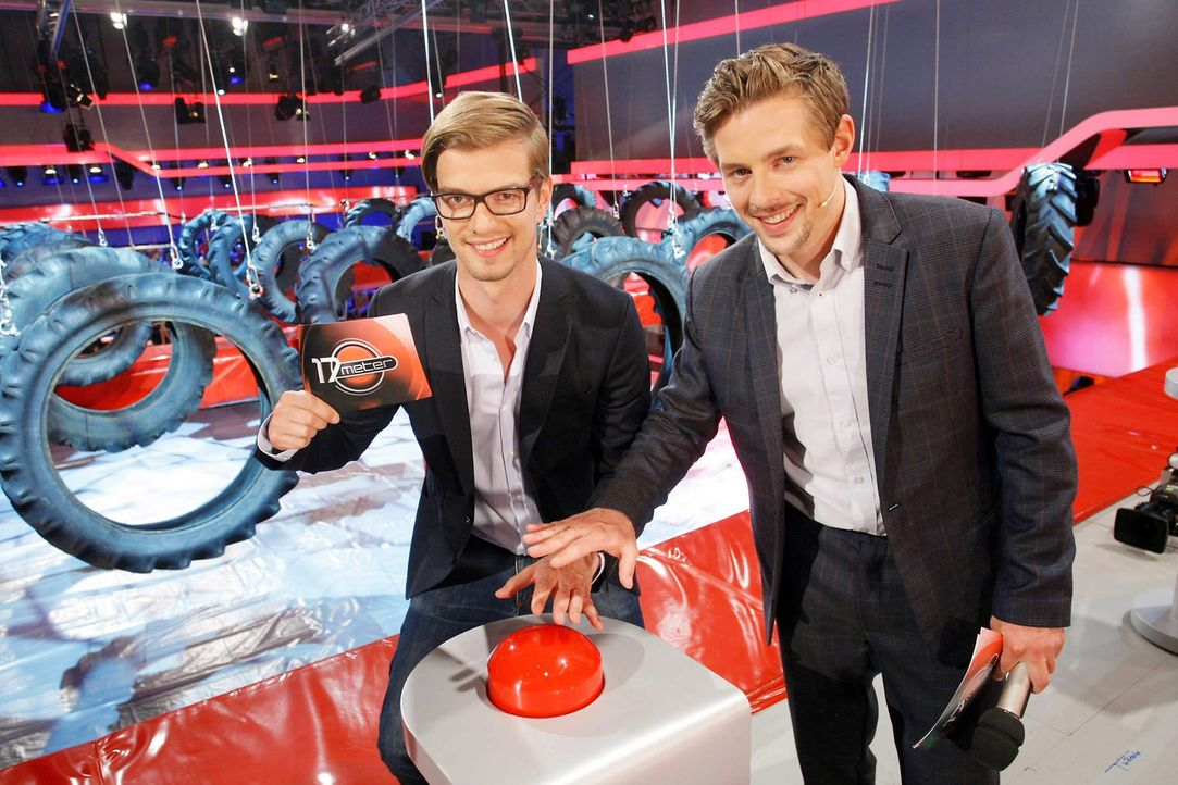 """Joko Winterscheidt (l.) und Klaas Heufer-Umlauf (r.) präsentieren """"17 Meter"""" - eine Show in der neben Ratespaß vor allem Sportlichkeit, Geschickli... - Bildquelle: ProSieben"""