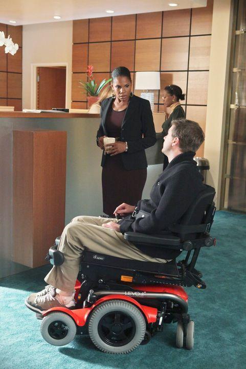 Naomi (Audra McDonald, l.) ist wütend, als sie auf Dr. Gabriel Fife (Michael Patrick Thornton, r.), einen Spezialisten für genetische Manipulation,... - Bildquelle: ABC Studios
