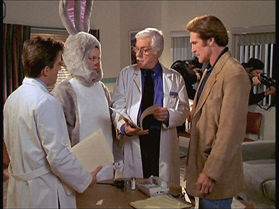 Steve (Barry Van Dyke, r.), Jesse (Charlie Schlatter, l.) und Mark (Dick Van Dyke, 2.v.r.) versuchen, von der ehemaligen Krankenschwester Patricia (... - Bildquelle: Viacom