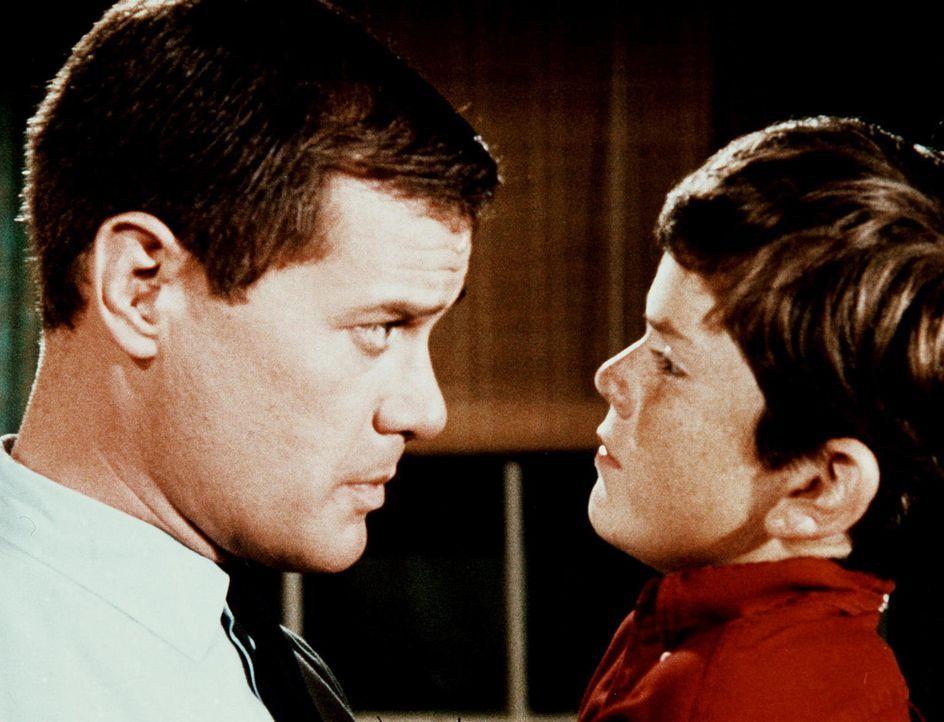 Tony (Larry Hagman, l.) muss sich um den schrecklichen Neffen von Dr. Bellows kümmern, weil Jeannie ihr Pädagogikbuch unter seinem Namen veröffentli... - Bildquelle: Columbia Pictures