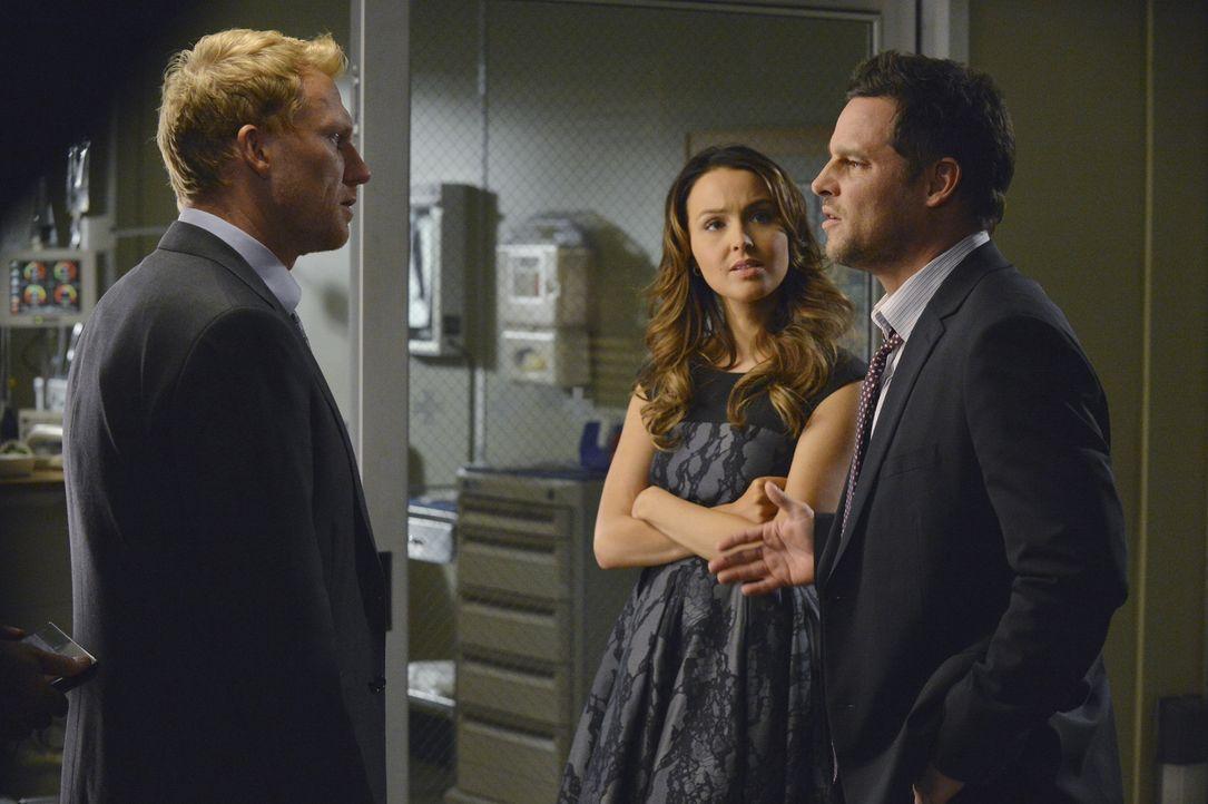 Während Jo (Camilla Luddington, M.) nicht begriffen hat, dass Alex (Justin Chambers, r.) ihr einen Quasi-Antrag gemacht hat, erfährt Owen (Kevin McK... - Bildquelle: ABC Studios