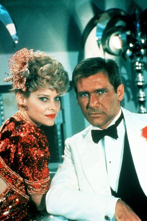 """Im Nachtclub """"Obi Wan"""" in Shanghai ist Indiana (Harrison Ford, r.) gar nicht mehr als verstaubter Held mit Hut und Peitsche wiederzuerkennen. Natür... - Bildquelle: Paramount Pictures"""