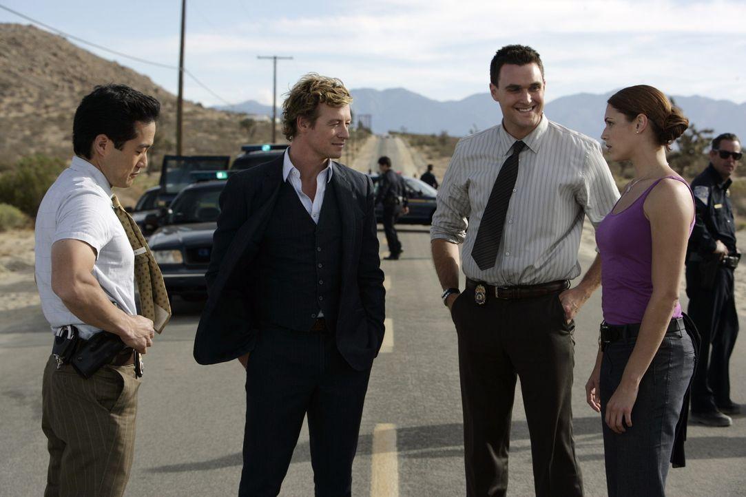 Die abgetrennte Hand, gibt Kendall (Tim Kang, l.), Patrick (Simon Baker, 2.v.l.), Wayne (Owain Yeoman, 2.v.r.) und Grace (Amanda Righetti, r.) ein R... - Bildquelle: Warner Bros. Television