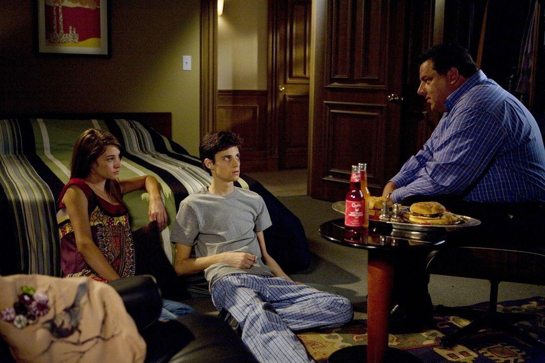 Leo (Steve Schirripa, r.), Bens (Kenny Baumann, M.) Vater, ist für Amy (Shailene Woodley, l.) fast schon eine Art Ersatzvater... - Bildquelle: ABC Family