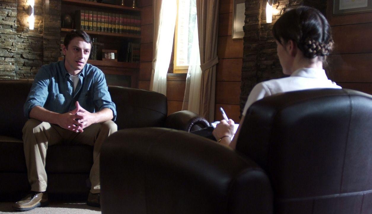Der Patient Scott Stracinsky (Enzo Cilenti, l.) bringt Dr. Abby Tyler (Milla Jovovich, r.) auf eine Idee. Die folgenden Nachforschungen bringen schl... - Bildquelle: 2009 Gold Circle Films LLC.  All rights reserved