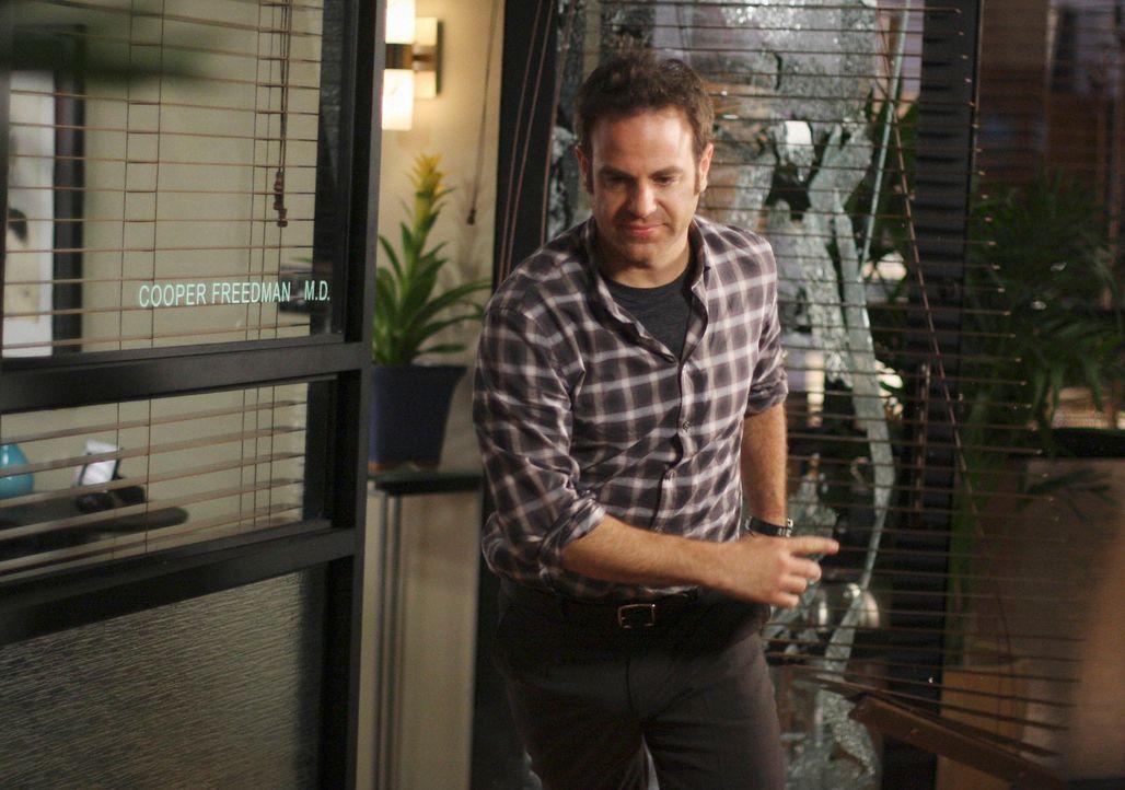 Cooper (Paul Adelstein) ist sauer und kann nicht glauben, was Charlotte vor hat ... - Bildquelle: ABC Studios