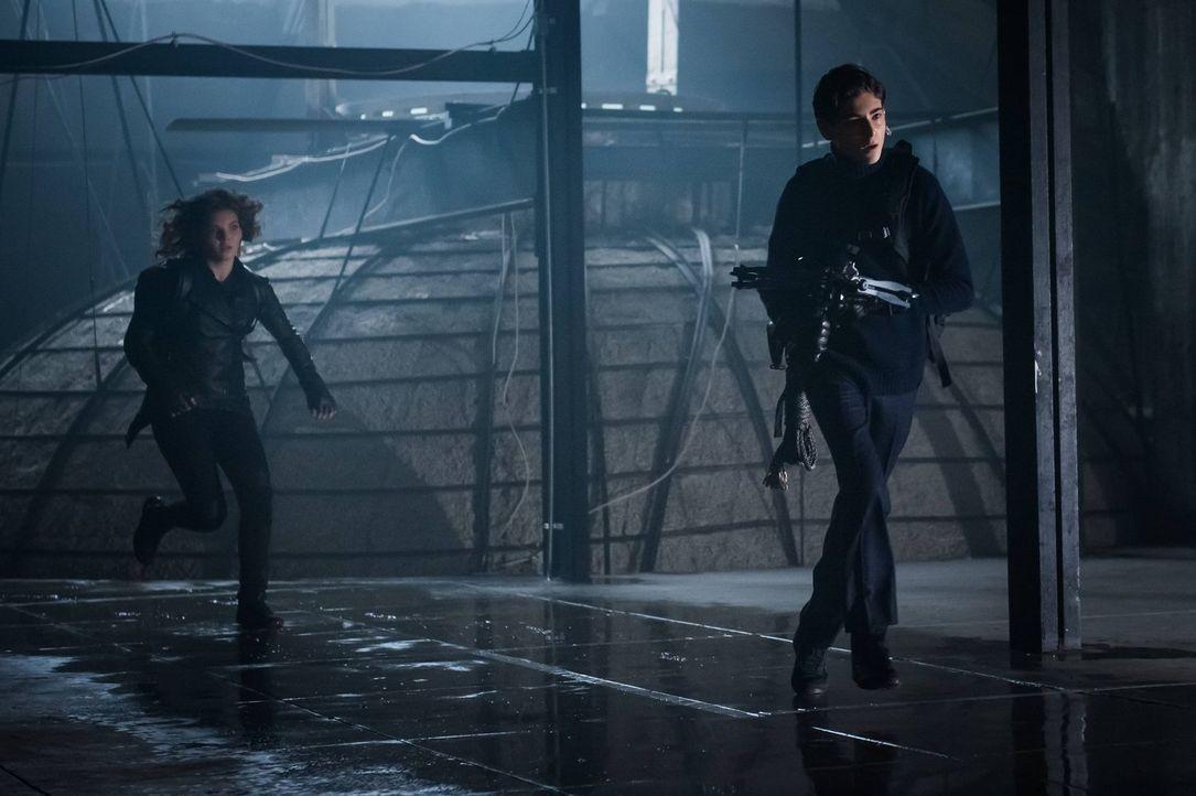 Als Bruce (David Mazouz, r.) und Selina (Camren Bicondova, l.) in Gefahr geraten, bekommen sie unerwartete Hilfe von einer Person aus Selinas Leben... - Bildquelle: Warner Brothers