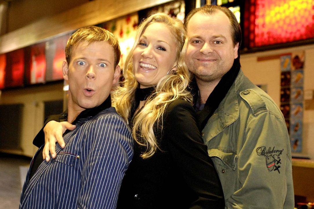 Mathias (Mathias Schlung, l.), Janine (Janine Kunze, M.) und Markus (Markus Majowski, r.) gehen zusammen ins Kino. Das verspricht ein unterhaltsamer... - Bildquelle: Sat.1