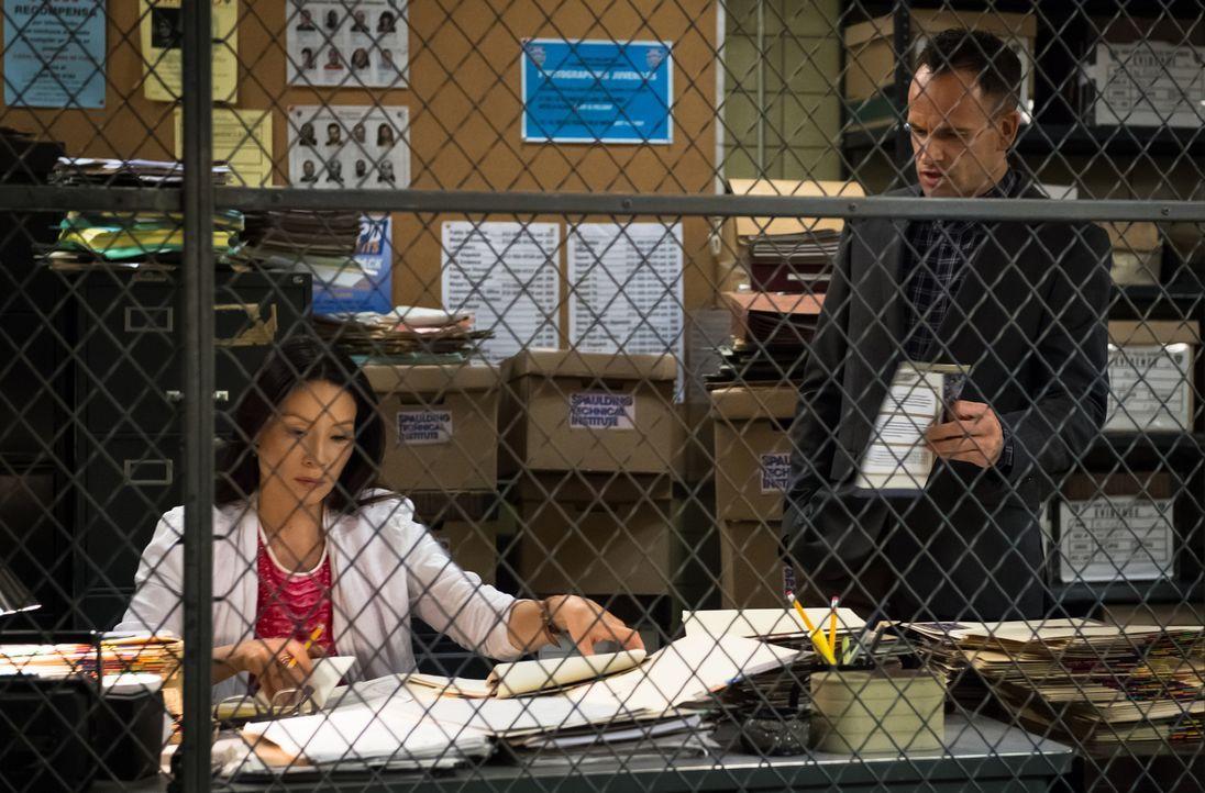 Joan (Lucy Liu, l.) und Sherlock (Jonny Lee Miller, r.) sind ratlos: Was bedeutet der Muskatnuss-Geruch am Tatort? - Bildquelle: CBS Television