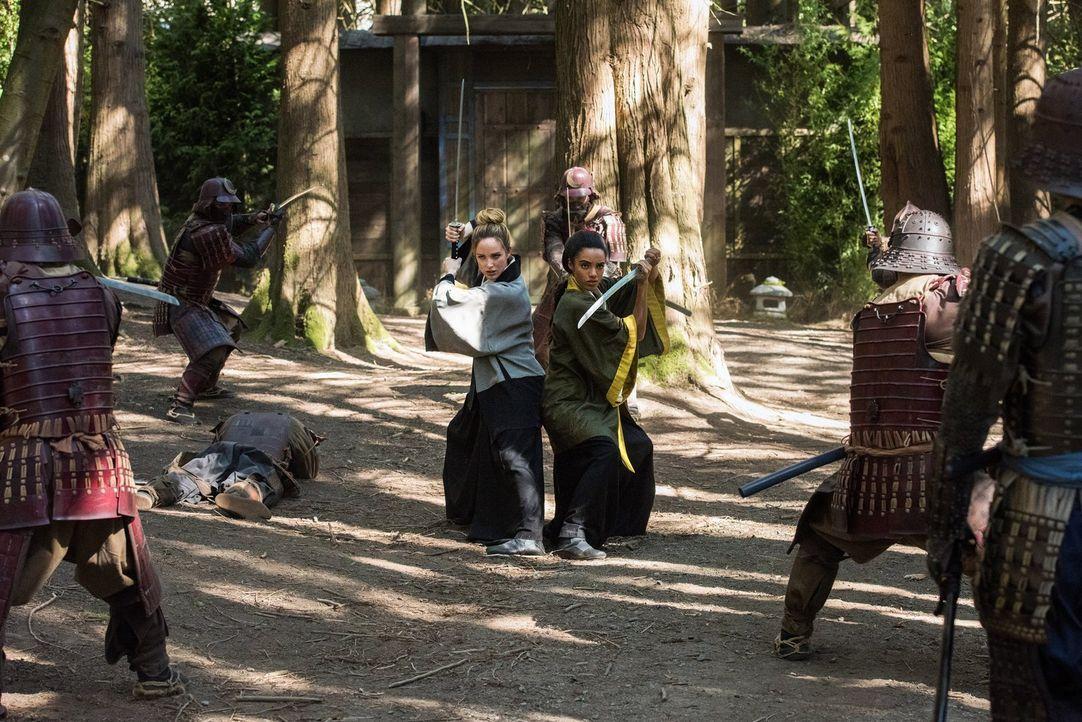 Sara (Caithy Lotz, l.) muss Amaya (Maisie Richardson-Sellers, r.) davon überzeugen, dass Mick kein Mörder ist und, dass Ray und Nate es wert sind, g... - Bildquelle: Warner Brothers