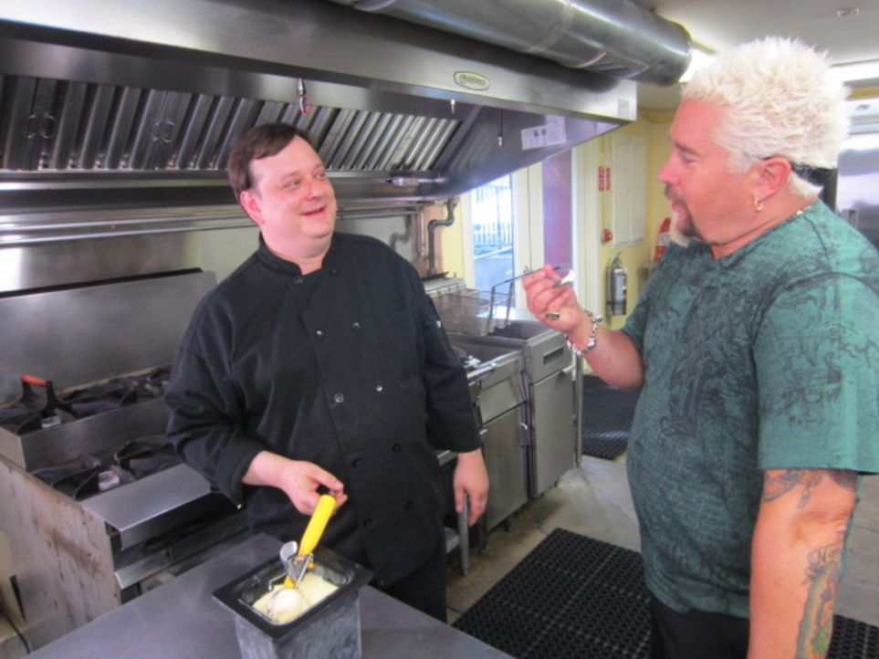 "Im ""Memphis Street Cafe"" bereitet Chris Lee (l.) sein berühmtes Banana Bread French Toast zu. Auch Guy Fieri (r.) ist begeistert ... - Bildquelle: 2012, Television Food Network, G.P. All Rights Reserved."