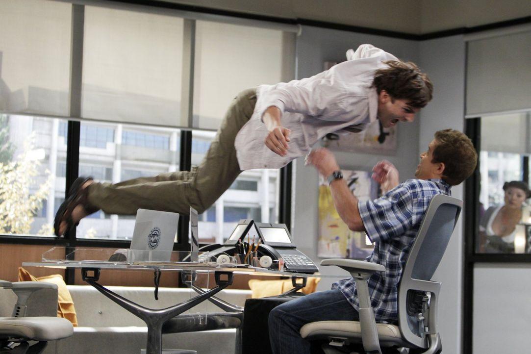 Die Trennung von Zoey nimmt Walden (Ashton Kutcher, l.) so schwer mit, dass er einen Nervenzusammenbruch erleidet und wegen jeder Kleinigkeit ausras... - Bildquelle: Warner Brothers Entertainment Inc.