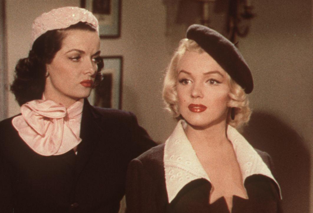 Zusammen mit ihrer Freundin Dorothy (Jane Russell, l.) geht Lorelei (Marilyn Monroe, r.) auf Männerfang, wobei sie mehr am Geld der Herren interessi... - Bildquelle: 20th Century Fox Film Corporation