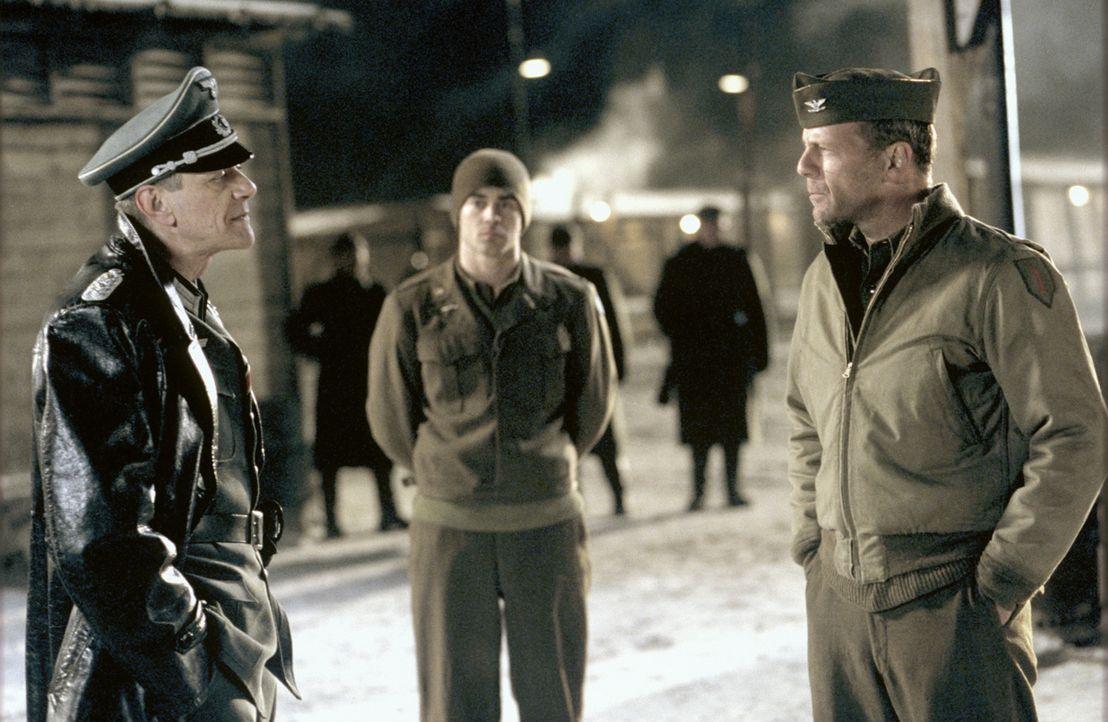 Ein Mord im Lager bringt McNamara (Bruce Willis, r.) auf eine verwegene Idee. Zusammen mit 35 Männern plant er den Ausbruch. Doch das kann nur funkt... - Bildquelle: Metro-Goldwyn-Mayer Studios Inc. All Rights Reserved.