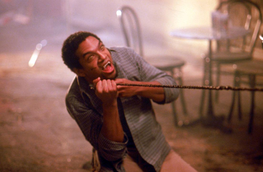"""Um auch vom """"ewigen Leben"""" kosten zu können, injiziert sich der Student Kenny (Khary Payton) Vampirblut und wird dadurch ebenfalls zu einem gemeinen... - Bildquelle: Neo Art & Logic"""