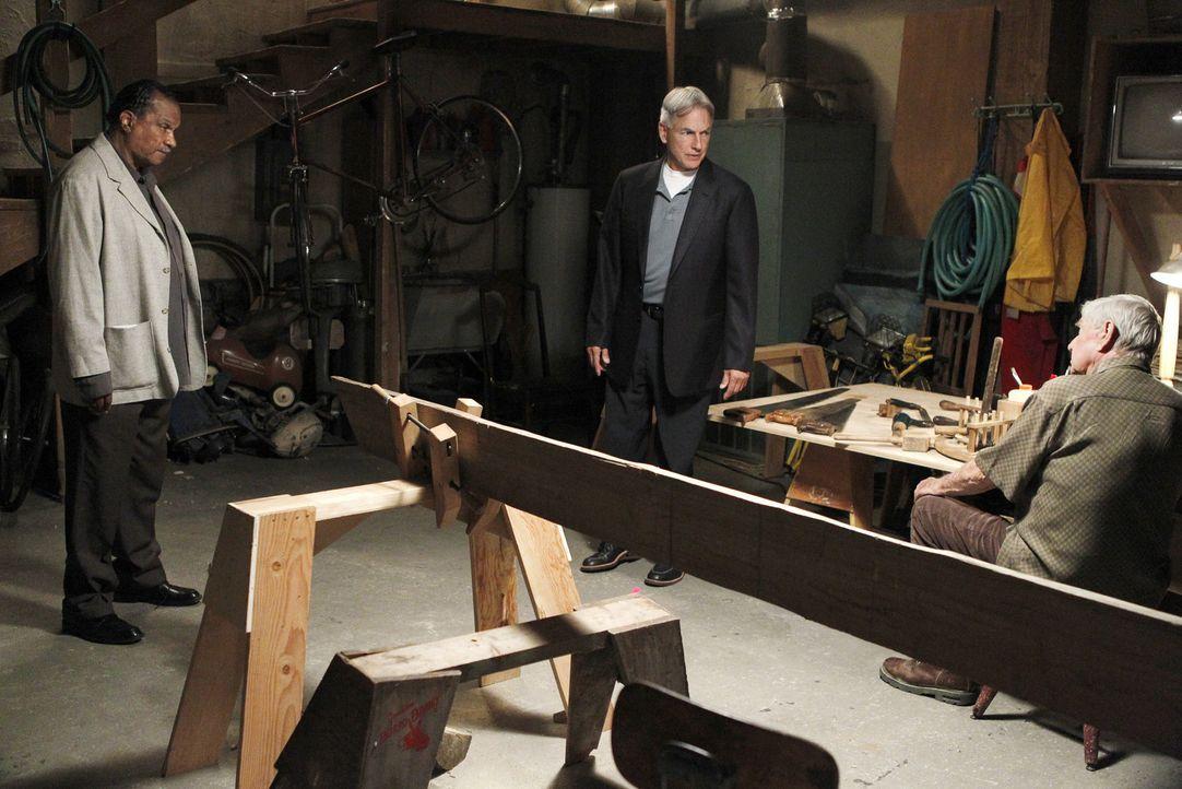 Während Gibbs (Mark Harmon, M.) an einem neuen Mordfall arbeitet, taucht ein alter Freund (Billy Dee Williams, l.) seines Vaters (Ralph Waite, r.)... - Bildquelle: CBS Television