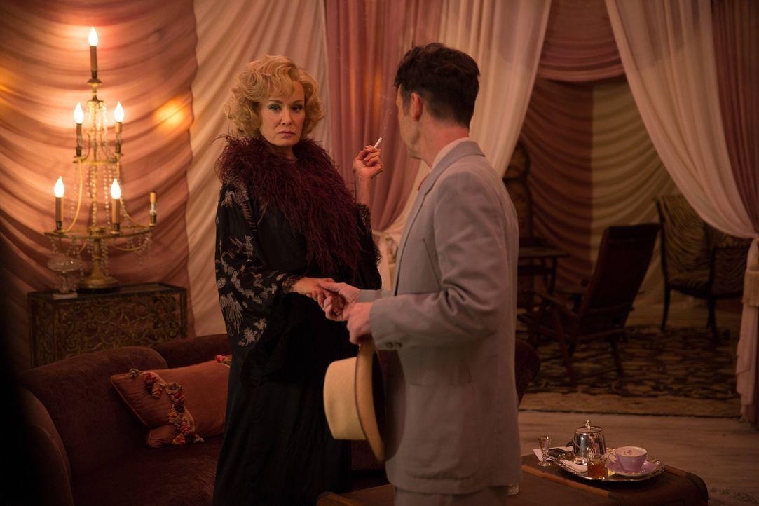 Um die Nummer eins von Agent Stanley (Denis O'Hare, r.) zu sein, würde Elsa (Jessica Lange, l.) alles tun. Oder? - Bildquelle: 2014-2015 Fox and its related entities. All rights reserved.