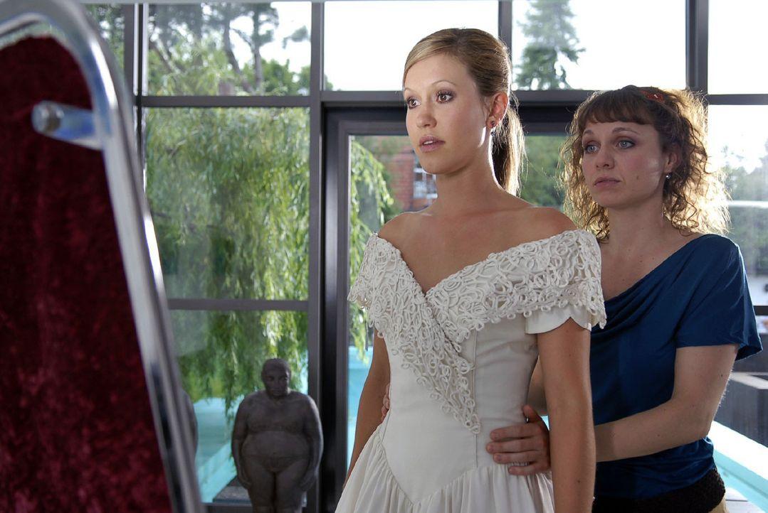 Jackie (Wolke Hegenbarth, l.) probiert mit ihrer besten Freundin Nina (Nadja Becker, r.) Brautkleider an. Sie ist schrecklich nervös und durcheinan... - Bildquelle: Sat.1