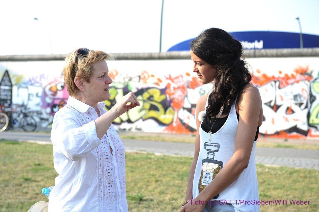 Moderatorin Rebecca Mir (r.) im Gespräch mit Renate Künast (l.). - Bildquelle: Andre Kowalski ProSieben