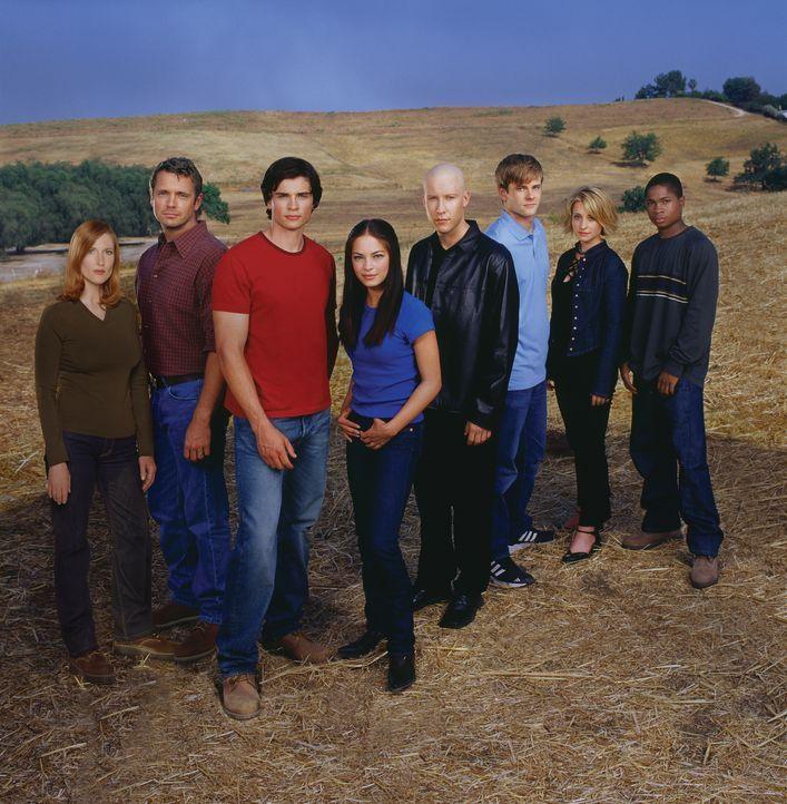 (1. Staffel) - Um sie dreht sich alles in Smallville: (v.l.n.r.) Martha Kent (Annette O'Toole), Jonathan Kent (John Schneider), Clark Kent (Tom Well... - Bildquelle: Warner Bros.