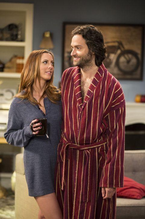 Jetzt, da Danny (Chris D'Elia, r.) mit Sabrina (Eva Amurri, l.) zusammen ist, gilt es, gewisse Hürden zu meistern ... - Bildquelle: Warner Brothers