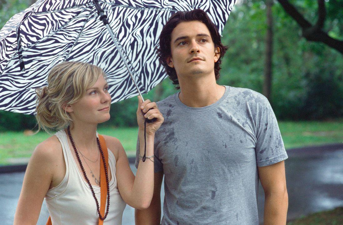 Hals über Kopf verliebt sich der lebensmüde Drew Baylor (Orlando Bloom, r.) in die attraktive Flugbegleiterin Claire Colburn (Kirsten Dunst, l.), di... - Bildquelle: Paramount Pictures