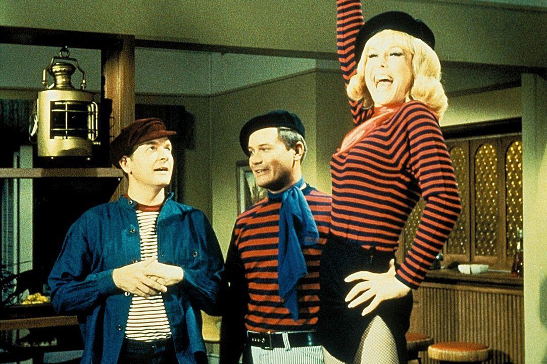 Jeannie (Barbara Eden, r.) verzaubert Tony (Larry Hagman, M.) und Roger (Bill Daily, l.) und sich selbst in französische Widerstandskämpfer. - Bildquelle: Columbia Pictures
