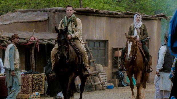 Catherine (Michelle Borth, r.) reist mit Steve (Alex O'Loughlin, l.) nach Afg...