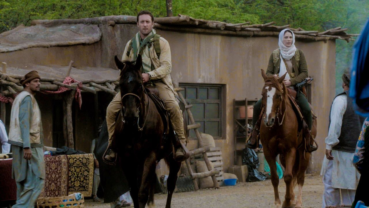 Catherine (Michelle Borth, r.) reist mit Steve (Alex O'Loughlin, l.) nach Afghanistan, um einem alten Freund, der ihr zweimal das Leben gerettet hat... - Bildquelle: 2013 CBS Broadcasting Inc. All Rights Reserved