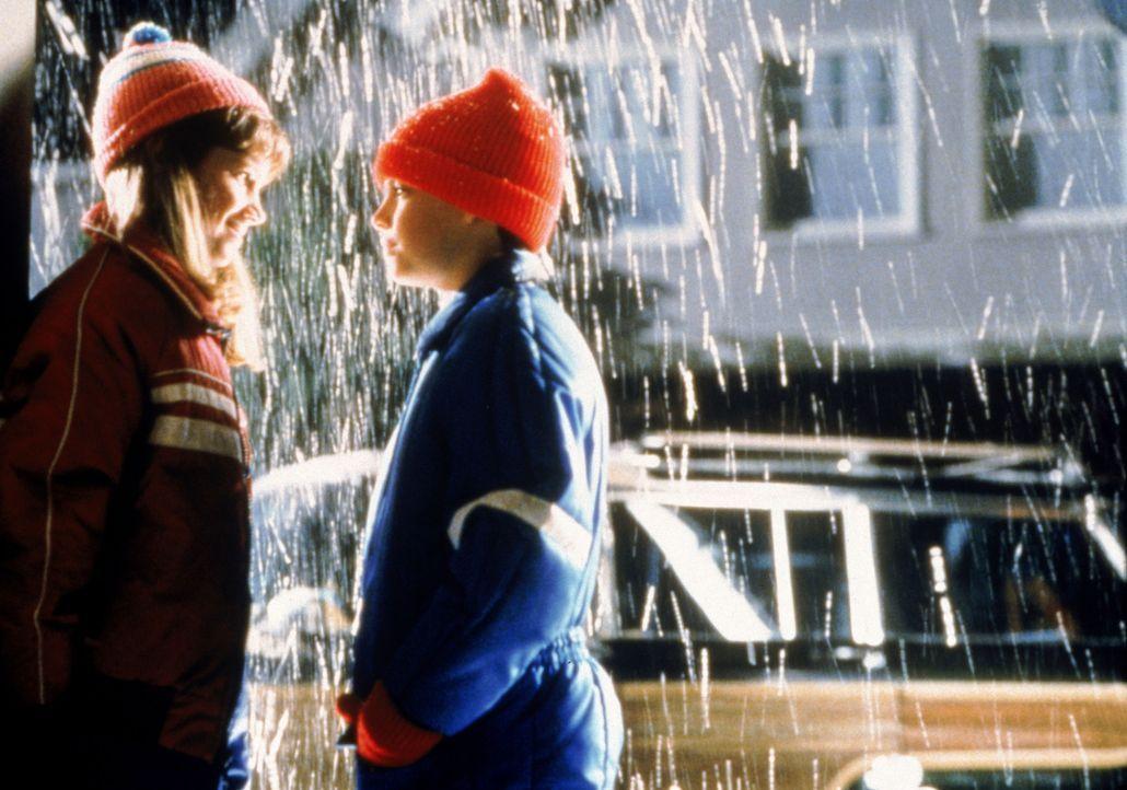 Ally (Ashley Marie, l.) erinnert sich gerne zurück an ihren ersten Kuss mit Billy (Michael Galeota, r.) ... - Bildquelle: Twentieth Century Fox Film Corporation. All rights reserved.